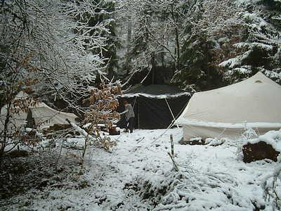 Zeltlager bei Schnee