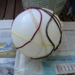 So werden die Fäden um den Ballon gewickelt