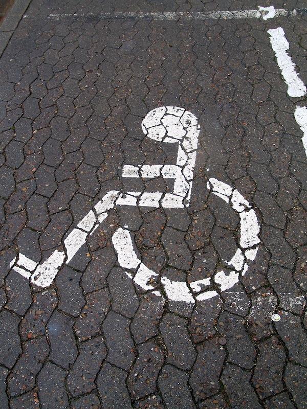 Behindertenparkplatz auf Pflastersteinen