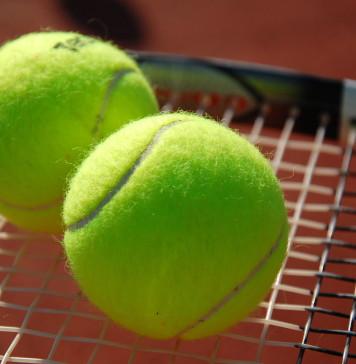 Balles et raquette de tennis.