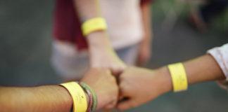 close-up-three-teens-fist-bump-free-image--324x160 Gruppenstunden-Ideen