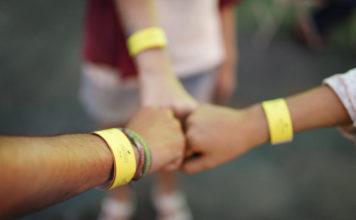 close-up-three-teens-fist-bump-free-image--356x220 Spiele für die Jugendarbeit