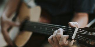 musik-lagerfeuer-gitarre
